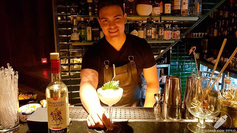 El bartender Samuel Rosa presentando su cóctel con pisco en la coctelería Decadente (Madrid)