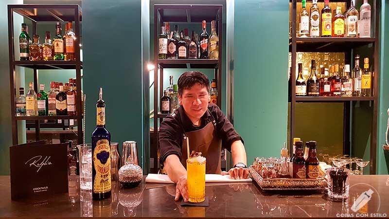 El bartender José Luis Arauco presentando su cóctel con tequila en la coctelería Ralph's (Madrid)