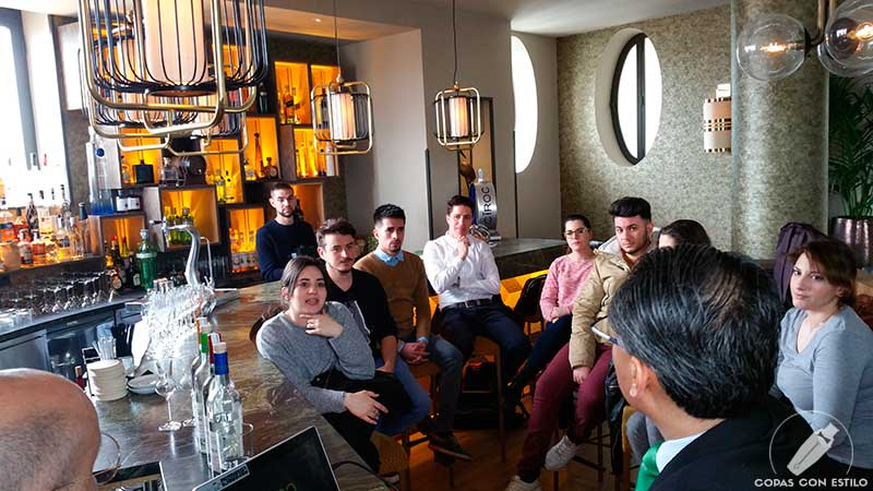 El equipo de bartender del Hotel Emperador (Madrid) atento a la masterclass de pisco