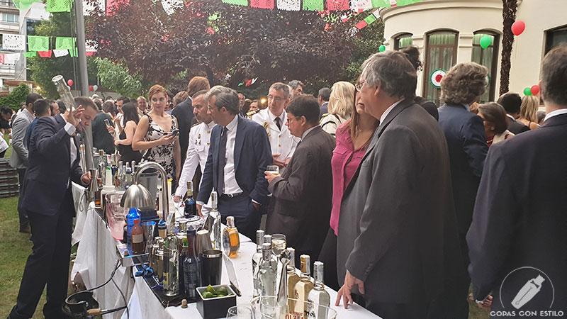El bartender Sergio Freile realizando cócteles en la Fiesta Nacional de México 2018, en la Embajada de México en Madrid