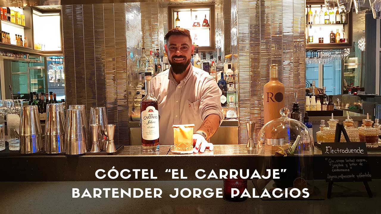 Cóctel con ron del bartender Jorge Palacios en la coctelería de Hielo y Carbón (Madrid)