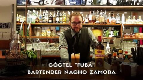 Cóctel con cachaça del bartender Nacho Zamora en la coctelería Museo Chicote (Madrid)