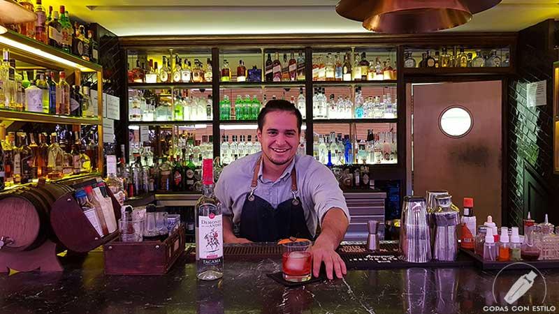 El bartender Orlando Salas presentando el cóctel con pisco en la coctelería de Platea (Madrid)