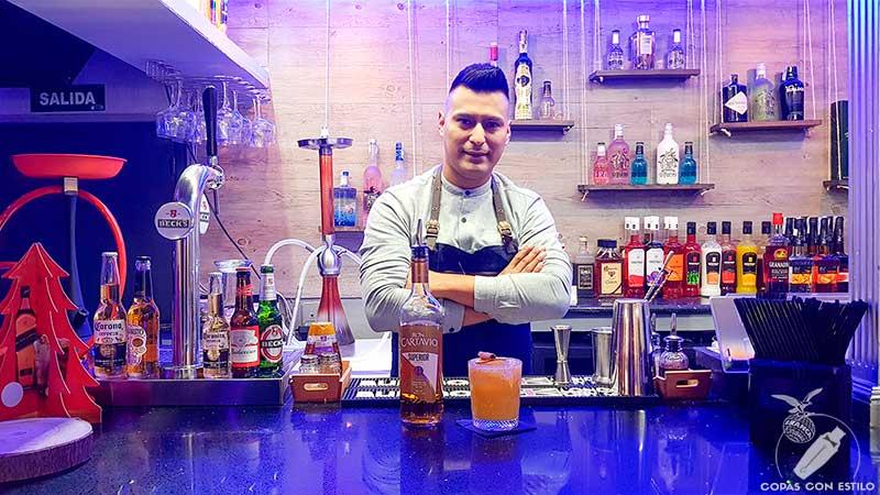 El bartender James Mark Misajel presentando el cóctel con ron en la coctelería Marklie (Madrid)