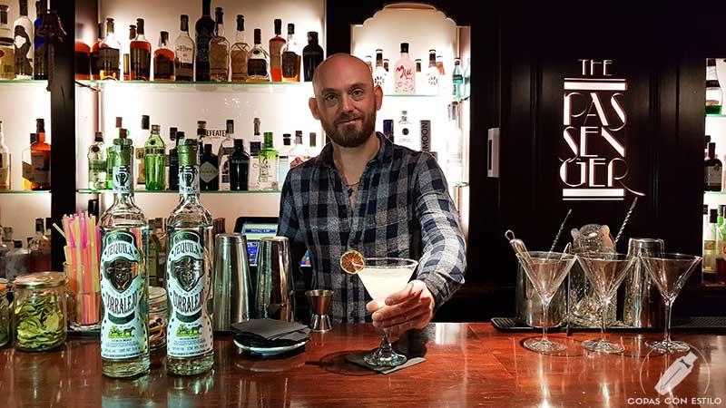 El bartender Alfonso Dolz presentando el cóctel Margarita en la coctelería The Passenger (Madrid)