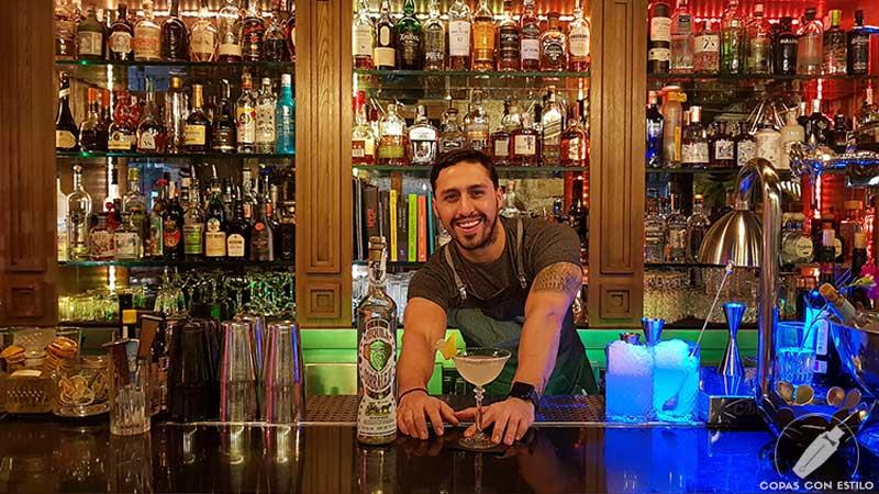 El bartender Víctor Barrios presentando el cóctel con tequila en la coctelería de Miranda (Madrid)