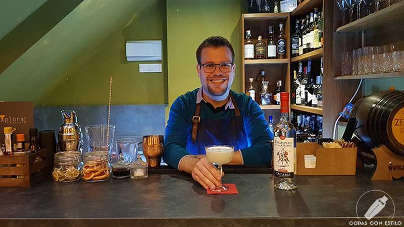 El bartender Javier González presentando el cóctel Pisco Sour en la coctelería Explora (Madrid)