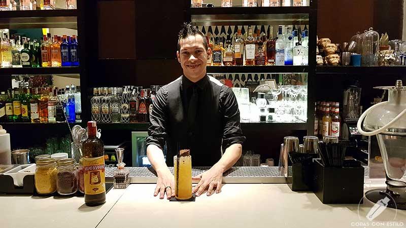 El bartender Javier Rivas presentando el cóctel con cachaça en la coctelería Larios Café (Madrid)
