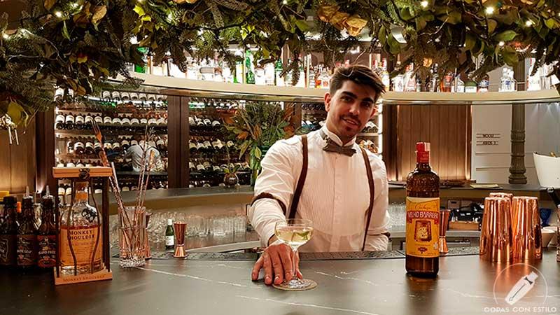 El bartender Alberto Pons presentando el cóctel con cachaça en la coctelería del Gran Hotel Inglés (Madrid)