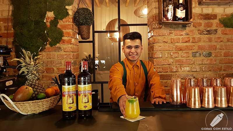 El bartender Harley Pérez presentando el cóctel con cachaça en la cocteleríande Vila Brasil (Madrid)