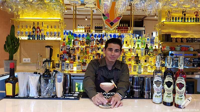 El bartender Luis Alberto Rodríguez presentando el cóctel con tequila en la coctelería de Chihuahua (Madrid)