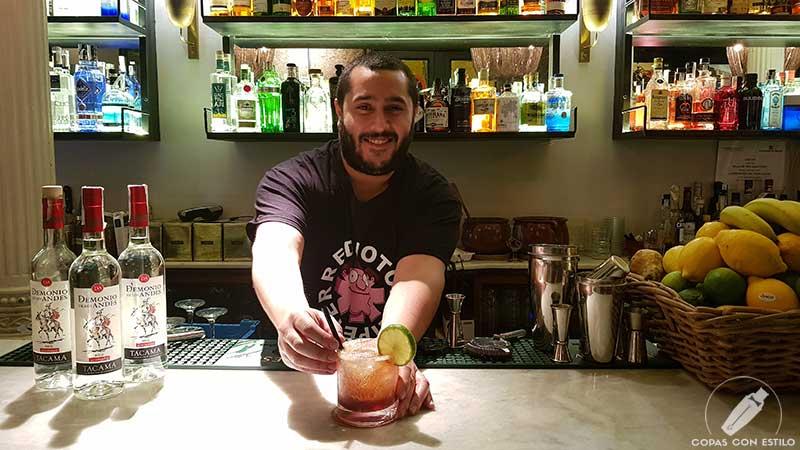El bartender Santiago Centurión presentando el cóctel con pisco en la coctelería Cafeína Bar (Madrid)