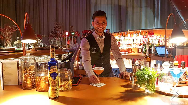 El bartender Joel Khan presentando el cóctel con tequila en la coctelería de NuBel (Madrid)