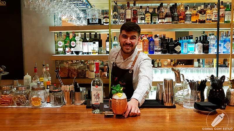 El bartender Randy Reynolds presentando el cóctel con cachaça en la coctelería de Casa Fonzo (Madrid)