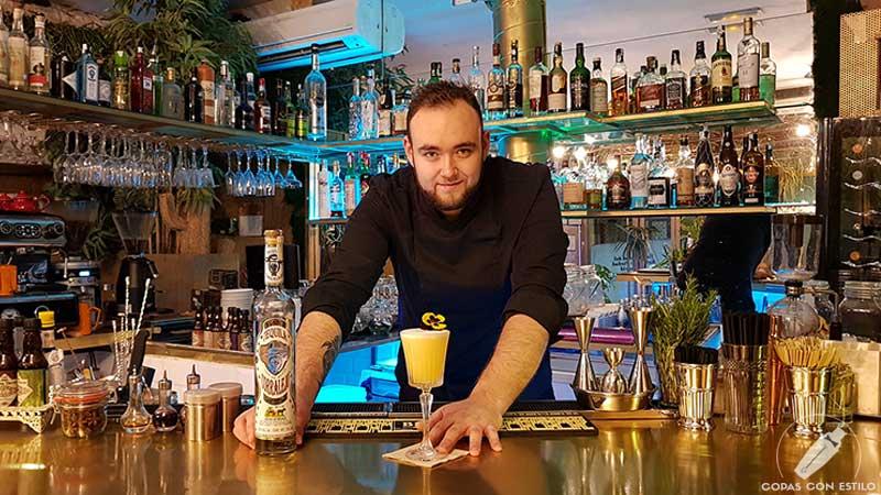 El bartender Anthony Maenhoudt presentando el cóctel con tequila en la coctelería de Amargo (Madrid)