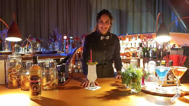 La barmaid Layla Amine presentando el cóctel con cachaça en la coctelería de NuBel (Madrid)