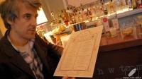 """El bartender Alberto Martínez con el """"Hidden Cocktail Menu"""" de 1862 Dry Bar (Madrid)"""