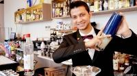 Joel Khan, bartender de 90 Grados (Madrid), preparándonos un cóctel con la coctelera