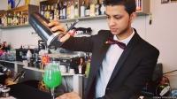 "Joel Khan, bartender de 90 Grados (Madrid), en plena elaboración del cóctel ""New 90 Degrees"""