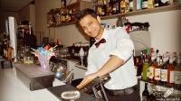 El bartender Joel Khan, preparando todos los ingredientes para el cóctel