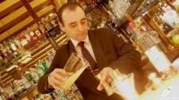El bartender Javier Rufo preparándonos un Pisco Sour, en Bar Cock (Madrid)