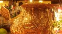 Un espectacular gallo dorado corona la barra de Bar Cock (Madrid)