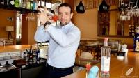 Juan Jesús Calderón, bartender de Barbillón Oyster (Aravaca, Madrid), elaborando con la coctelera un Pisco Sour de fresa