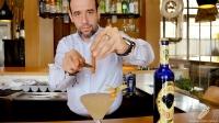Juan Jesús Calderón, bartender de Barbillón Oyster (Aravaca, Madrid), dando los últimos toques de canela a un cóctel