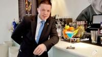 Sergio Freile, maitre y bartender de Beber D Cine (Madrid), nos dio la bienvenida con un cóctel