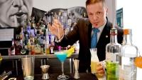 Sergio Freile, maitre y bartender de Beber D Cine (Madrid), presentándonos su cóctel Blue Demon