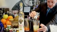 Sergio Freile, maitre y bartender de Beber D Cine (Madrid), elaborando un cóctel con Tequila Corralejo