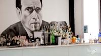 Un gran Humphrey Bogart preside la barra de de Beber D Cine (Madrid)