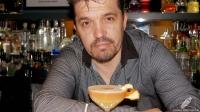 El bartender Carlos Moreno, de Charly's Cocktail Bar (Madrid), con el delicioso cóctel Don Manuel