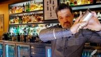 El gran bartender Carlos Moreno, de Charly's Cocktail Bar (Madrid), haciendo magia con la coctelera