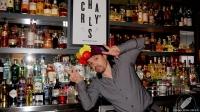 El bartender Carlos Moreno, de Charly's Cocktail Bar (Madrid), siempre contagia su positividad y buen rollo
