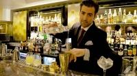 Miguel Pérez, bartender de Columbus Bar (Madrid), elaborando un Pisco Punch