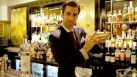 Miguel Pérez, bartender de Columbus Bar (Madrid), con la coctelera preparada para elaborar un Pisco Punch
