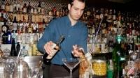 Mario Villalón, bartender de Restaurante El Padre (Madrid), elaborando un cóctel