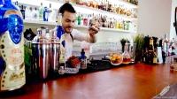 El creativo bartender Riccardo Verona, en plena creación de un cóctel en Coctelería Galatea (Coslada, Madrid)