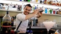 Riccardo Verona, bartender de Coctelería Galatea (Coslada, Madrid), con la coctelera en plena elaboración de un espectacular cóctel