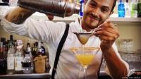 A punto de saborear otro de los deliciosos cócteles que nos preparó el bartender Riccardo Verona, de Coctelería Galatea (Coslada, Madrid)
