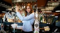 Yurema Rebollo, barmaid de Juanillo Club (Madrid), con la coctelera llena de alegría