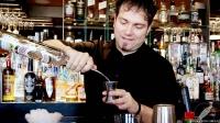 Kike Enríquez, bartender de Juanillo Club (Madrid), elaborando el fantástico cóctel The Mexican