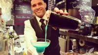 Javier Albino Payano, bartender de La Cevicuchería (Madrid), elaborando un cóctel