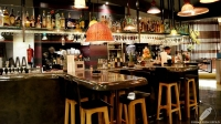 La barra de La Cevicuchería (Madrid) se asemeja en su forma a un pulpo