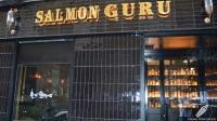 La entrada de la Coctelería Salmon Guru (Madrid)