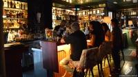 El bartender Diego Cabrera tras la barra elaborando uno de sus cócteles