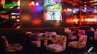 Mesas altas en el espacio de la Mesa del Barman