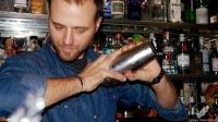 Leo Campanella, bartender de Tres Bocas (Madrid), con la coctelera en plena creación del cóctel